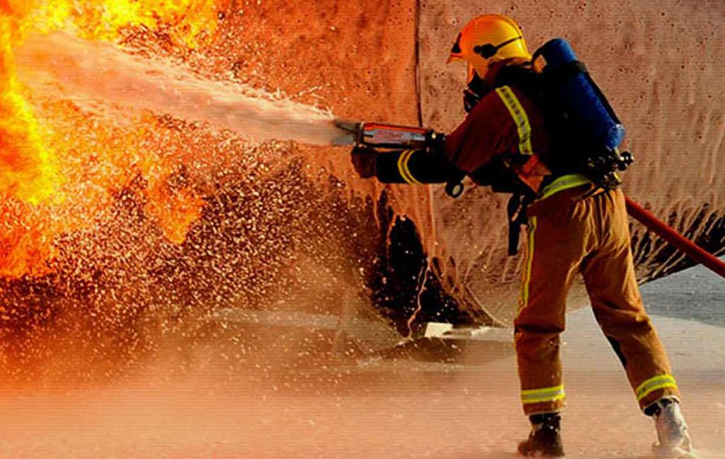 Bombeiro utilizando hidrante e apagando incêndio