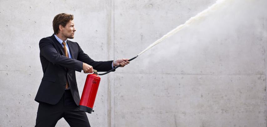 funcionário utilizando extintor de incêndio